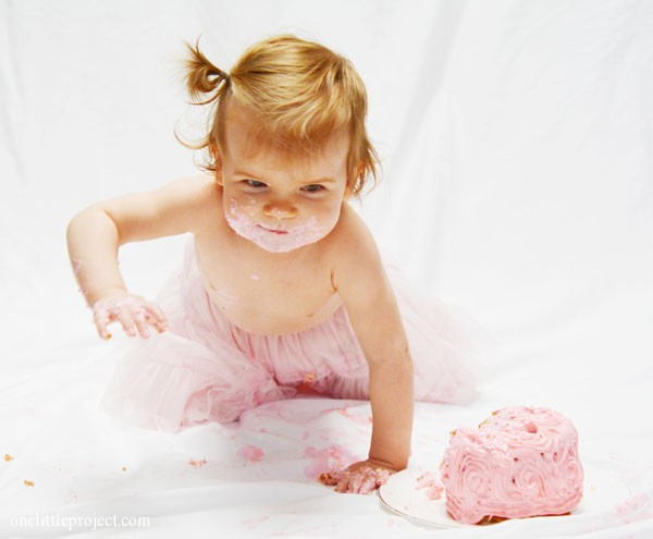 Smash cake photo session right at home | onelittleproject.com