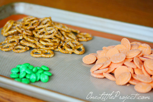 These chocolate covered pumpkin pretzels are adorable!  And it helps that they are really easy to make too!
