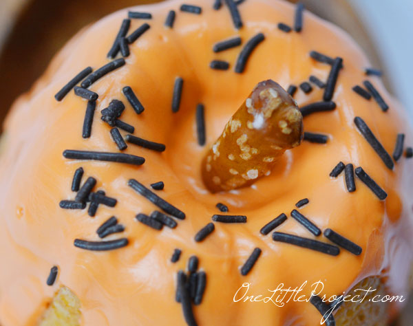 A tutorial with tons of photos, tips and directions for how to make mini bundt cake pumpkins. So adorable for an autumn party!