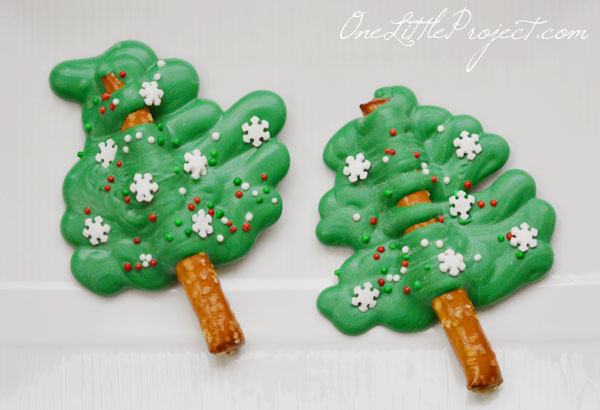 These chocolate pretzel Christmas trees are so cute, and the best part is that they take less than half an hour to make!