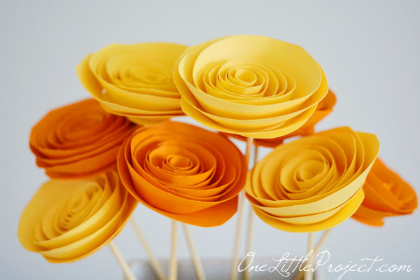 Tutorial- How To Make DIY Giant Tissue Paper Flowers - Hello ... | 400x600