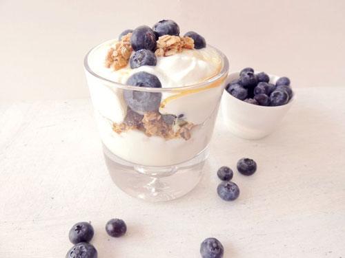 50+ Best Recipes for Fresh Blueberries - Blueberries and Granola Yogurt Parfait