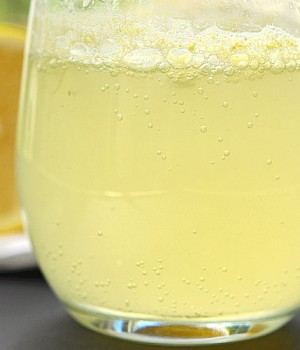 How to Make Fizzing Lemonade