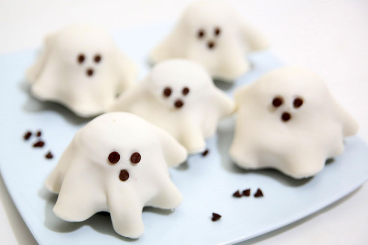 These fondant ghost cupcakes are so easy and make an ADORABLE Halloween treat! Use premade fondant to put them together in a snap! The kids will love them!
