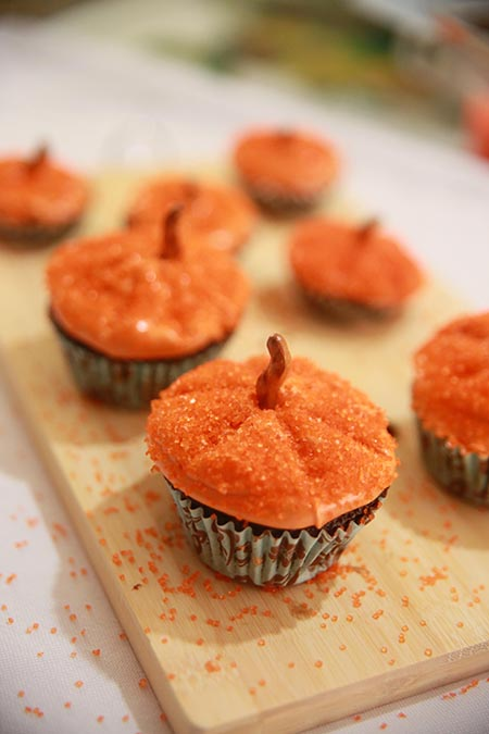 This method of decorating pumpkin cupcakes is SO EASY! These are simple and totally doable for beginners!