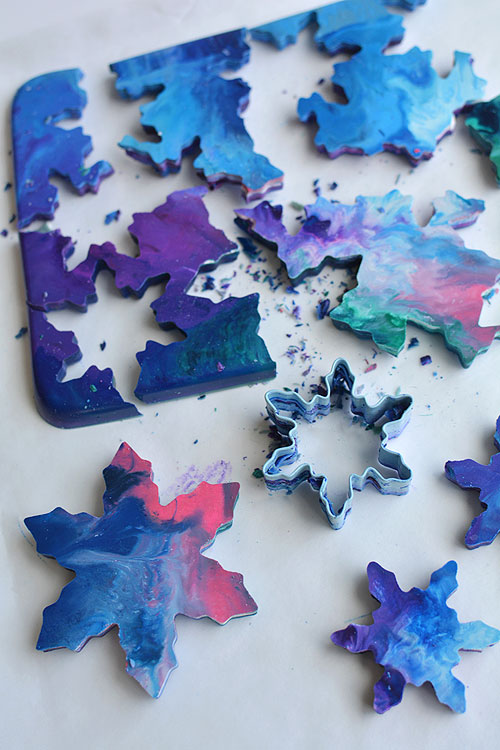 These cookie cutter crayons are SO PRETTY! What a great way to use up leftover crayon pieces! Wouldn't they make amazing birthday party favours?!