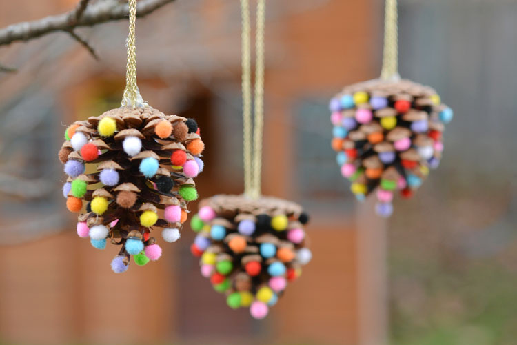 These pom pom and pinecone ornaments are SO EASY! They're a great craft
