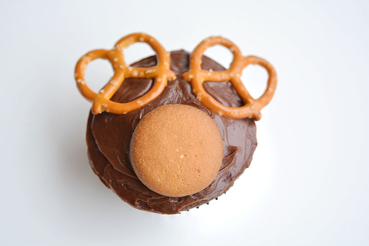 These reindeer cupcakes are SO EASY and fun to make! They'd be great for a school party, a Christmas potluck, or just as a fun treat to make with the kids when school's out!
