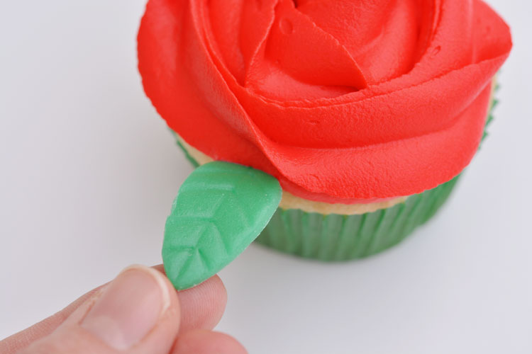 These red rose cupcakes are SO PRETTY and they're really easy to make! Wouldn't they be beautiful for Valentine's Day or Mother's Day?