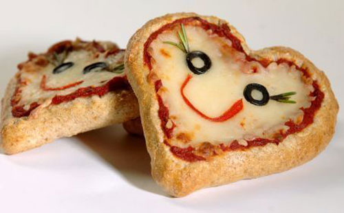 30+ Healthy Valentine's Day Food Ideas - Miniature Whole Wheat Pizza