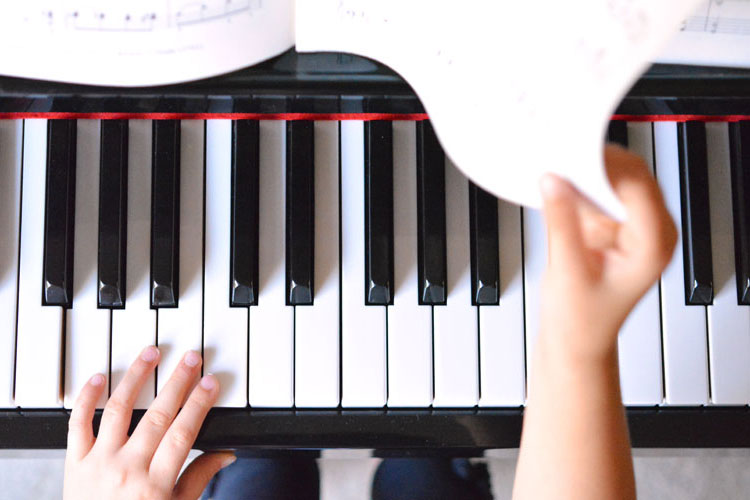 I had no idea that piano lessons helped the brain like this! So amazing!