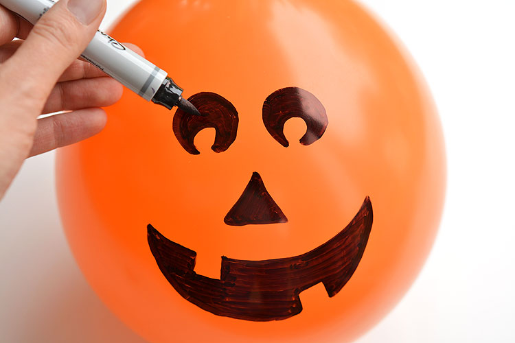 These candy filled pumpkin balloon party favors are PERFECT for Halloween parties! They're super inexpensive and really quick to make! Imagine the party games you could play!