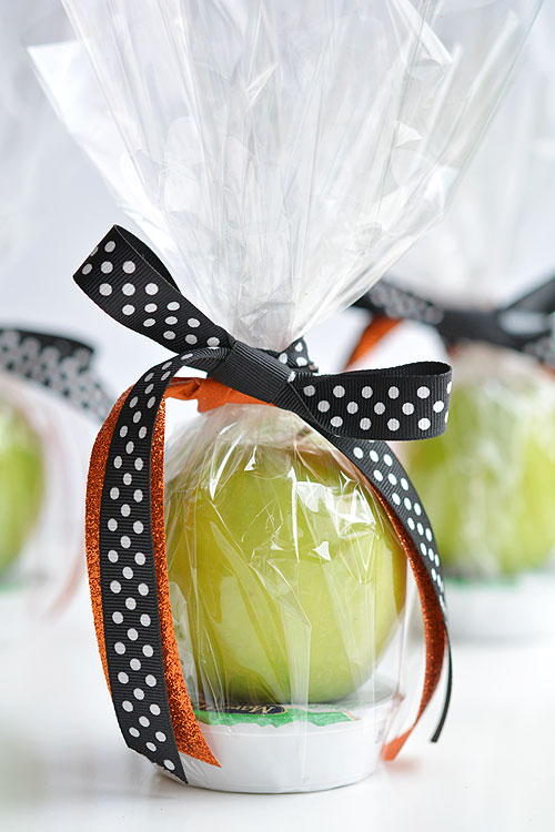 These apple and caramel fall treats are such a GREAT alternative to candy! They'd be fantastic as teachers gifts, party favors or even fall birthdays!