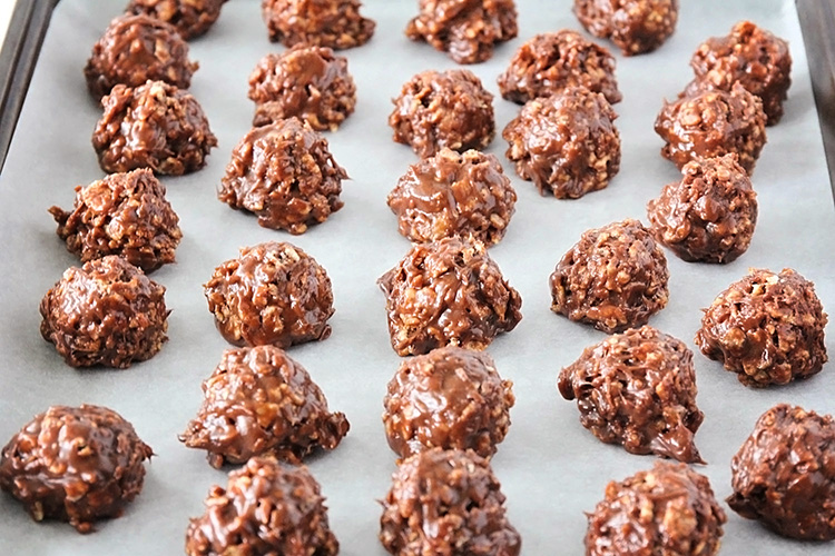 These delicious chocolate peanut butter no bake cookies are the perfect combination of salty and sweet, with a fantastic crispy and chewy texture!