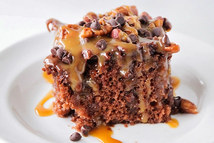 This amazingly delicious ooey-gooey chocolate turtle poke cake is loaded with caramel, pecans, and chocolate chips. So yummy and so easy to make!