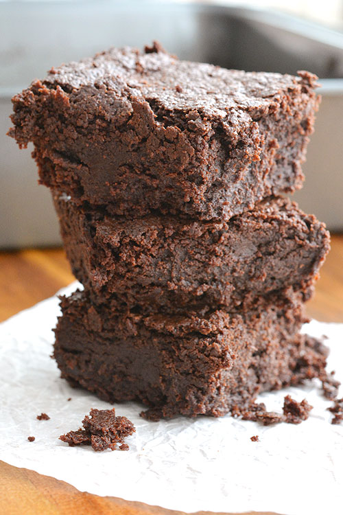 These flourless brownies are SO GOOD! They are fudgy, decadent and entirely satisfying! And they use normal ingredients you probably already have at home!