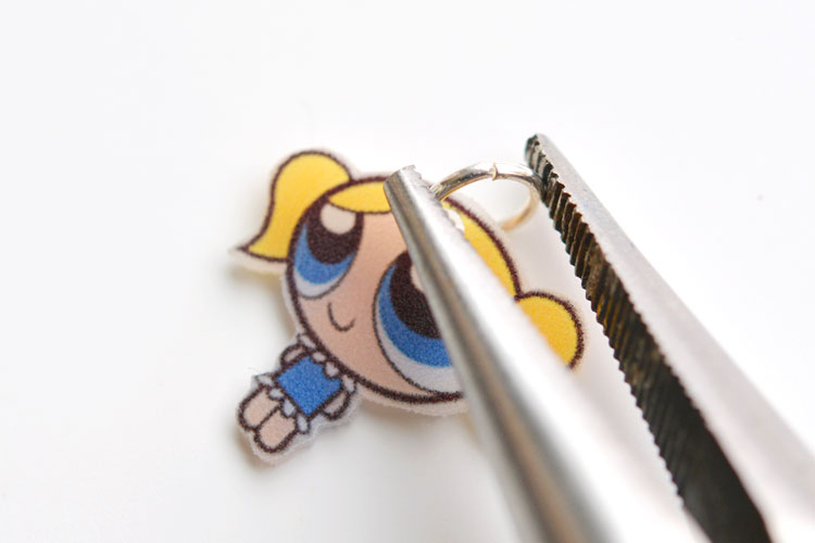 This Shrinky Dinks Powerpuff Girls jewelry is SO EASY to make and it looks completely adorable! Such an easy and awesome craft to do with the kids!