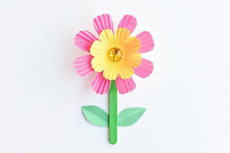 These simple cupcake liner flowers are so easy to make and they look SO PRETTY! They're such a great low mess kids craft idea! Wouldn't they be a perfect craft for Mother's Day? Or even Easter?