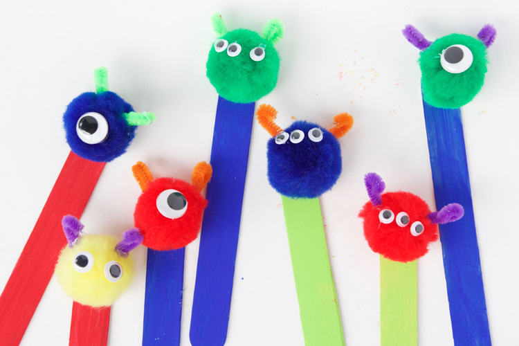 These pom pom monster bookmarks are SO adorable and super easy to make for the perfect back to school craft!