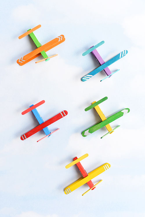 These clothespin airplanes are SO CUTE and they're really easy to make using clothespins and craft sticks (popsicle sticks). This is such a fun kids craft and a great craft for a rainy day! They look like real airplanes and the clothespins even open and close!