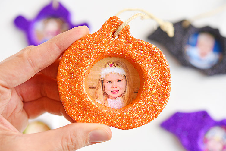 LOVE this Halloween salt dough keepsake! They're so easy to make and SO CUTE! This is a great Halloween craft and a super fun project to make with the kids! You can make pumpkins, bats, ghosts, or any Halloween shapes you like! Such a cute Halloween photo keepsake!