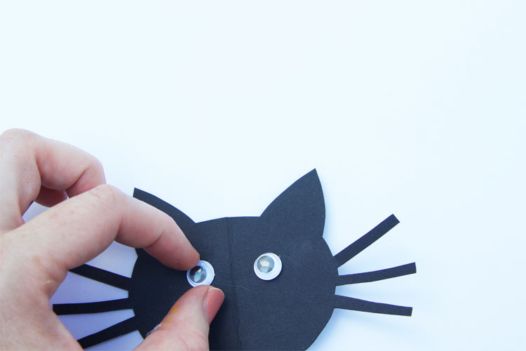 This full moon silhouette craft is SO fun for Halloween! We know your kids will just love creating their own imaginative Halloween scene with this fun, interactive craft!