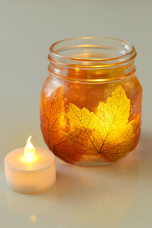 These mason jar leaf lanterns are SO PRETTY and they're so easy to make! This is such a great DIY fall decoration! Perfect for the fall mantle or a thanksgiving table. A great grown up craft and a fun little decoupage craft for fall!