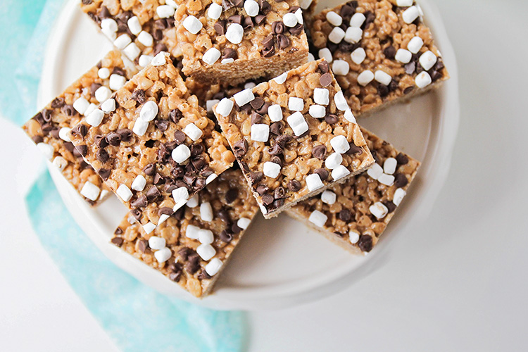 These irresistible and delicious hot cocoa rice krispie treats have all the flavors you love in hot chocolate, in a sweet and crunchy rice krispie treat!