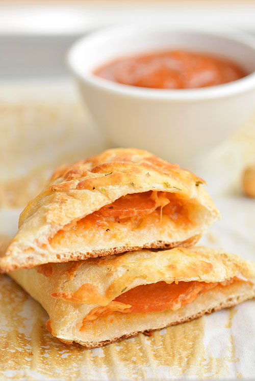 These easy cheesy homemade pizza pockets are SO EASY and they taste amazing! You can load them with your favourite pizza toppings and in less than 20 minutes you have a fun, delicious and kid friendly meal! They're great for lunch or dinner and best of all, they're kid approved!
