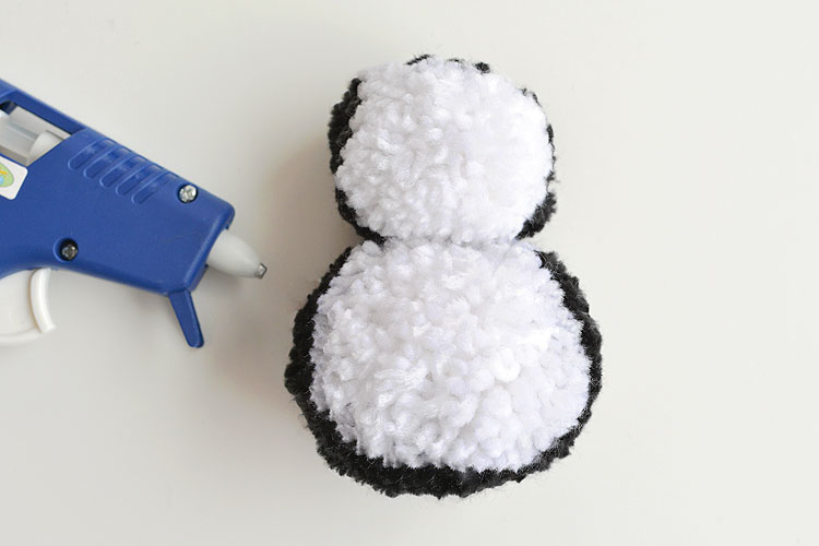 These pom pom penguins are so easy to make and they're sooooooooo cute!! This is such a fun winter craft idea for kids! You can easily make your own pom poms just by using your hands! This is such a fun and easy winter DIY project!