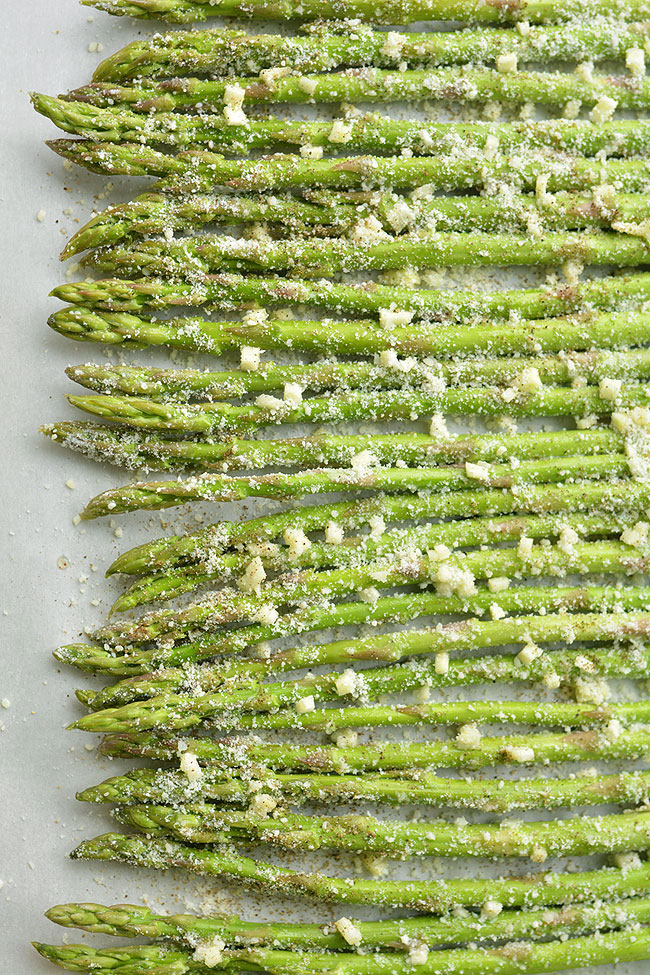 This garlic Parmesan roasted asparagus is SO GOOD and it's so simple to make! With only four ingredients you can make this easy side dish in 15 minutes! The garlic and Parmesan flavours taste amazing with the asparagus and go wonderfully with pasta and chicken dinners. This is such a great asparagus recipe and so delicious for spring and summer!