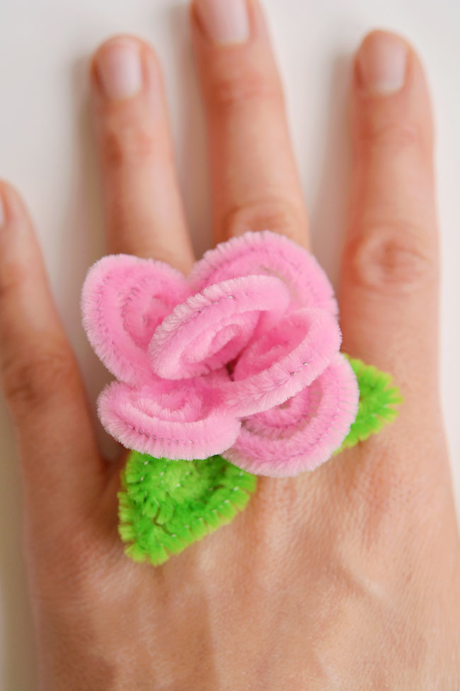 These pipe cleaner flower rings are so SIMPLE to make and they look so pretty! This is such a fun pipe cleaner craft and a great craft for kids as well as adults. Each ring takes about 5 minutes to make and you only need pipe cleaners. What a fun and easy way to make homemade jewelry!