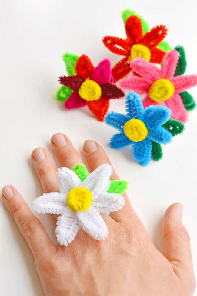 These pipe cleaner daisy rings are so fun and they're really easy to make! This is such a fun summer craft idea and a great craft for kids, teens, tweens and even adults. Each one takes less than 5 minutes to make and you only need pipe cleaners! Such a great way to make homemade jewelry. So cute to sell at a craft fair too!