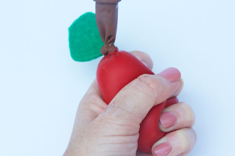These apple stress balls are so easy to make and would make a fun back to school craft for both kids and teachers!