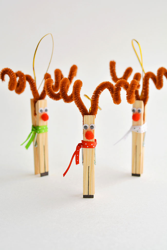 These clothespin reindeer are SO CUTE! In less than 5 minutes you can make an adorable homemade Christmas ornament using only dollar store supplies!